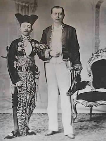 resident-w-de-vogel-en-soesoehoenan-pakoe-boewono-x-van-soerakarta-1897